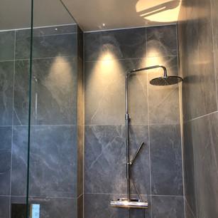 Vikbara duschväggar i glas