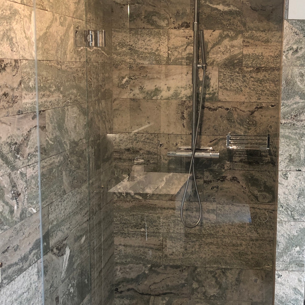 Vikbar glasdörr dusch