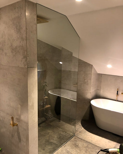 Måttanpassad vikbar glasdörr dusch