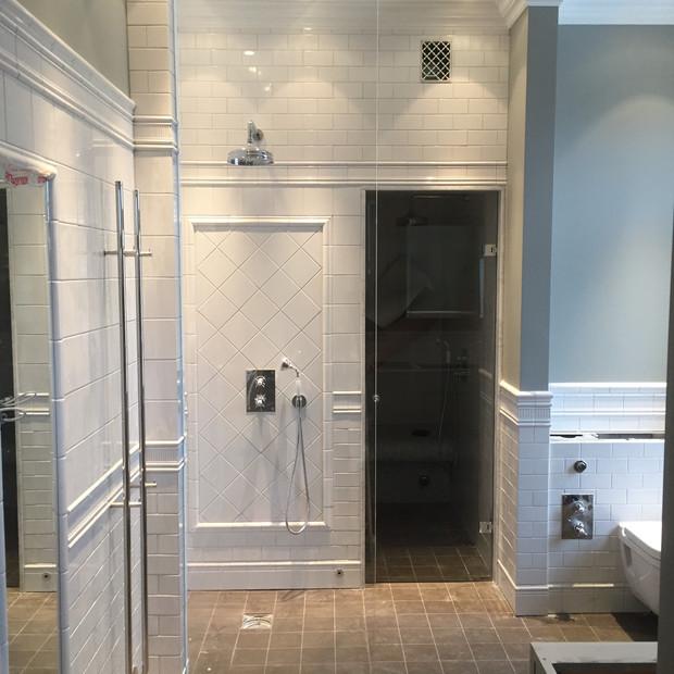 Specialbyggd duschvägg glasdörr