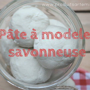 Recette de pâte à modeler savonneuse pour agrémenter l'heure du bain!