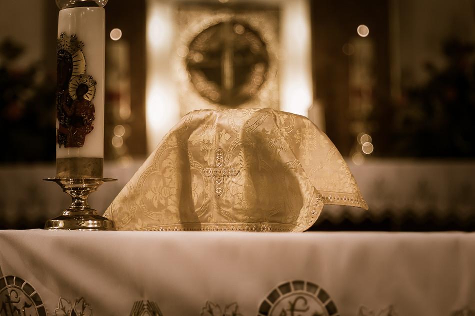 Kielich przykryty welonem (tkanina koloru ornatu, którą nakryty jest kielich do momentu przygotowania darów ofiarnych. Ponownie kielich nakrywa się tym welonem po Komunii Świętej).