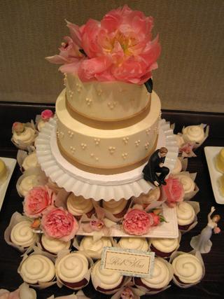 wedding cake w cupcakes top.bmp