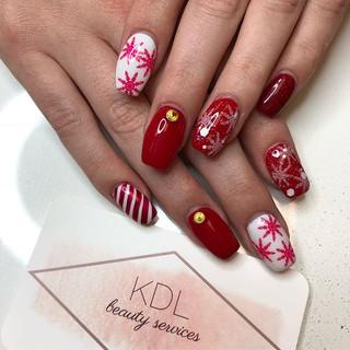 Holidaze 😍🎁🎄 #nails #christmasnails #snowflakes #nailsofinstagram #nailsonfleek #nailstagram #nailsart #nailsdid #handpainted #holidaynails_