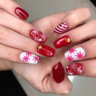 Red for days ♥️ #nails #nailsofinstagram #nailsonfleek #handpainted #handpaintednails #nailart #rednails #snowflakes #snowflakenails #christ