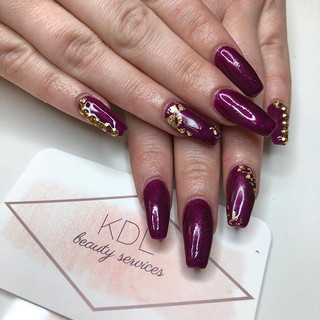 ❥ Fa-la-la-la-gorgeous! Burgundy glossy nails with gold studs and gold foil accents ❥