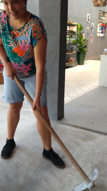 Gabriela mostrando como se faz