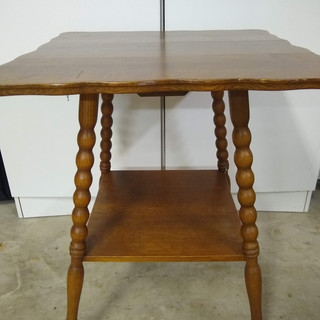 Spindle leg parlor table