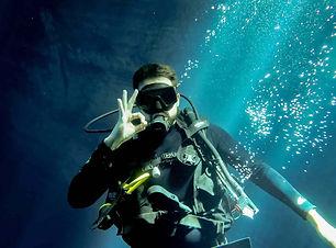 diving-4804059_1920-min.jpg
