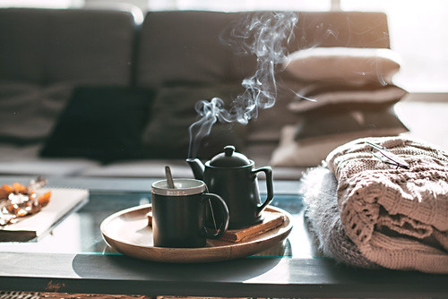 Fotolia 171934264 - Tea with steam in room in morning sunlight © Alena Ozerova