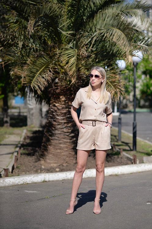 Бежевый льняной костюм: рубашка и шорты