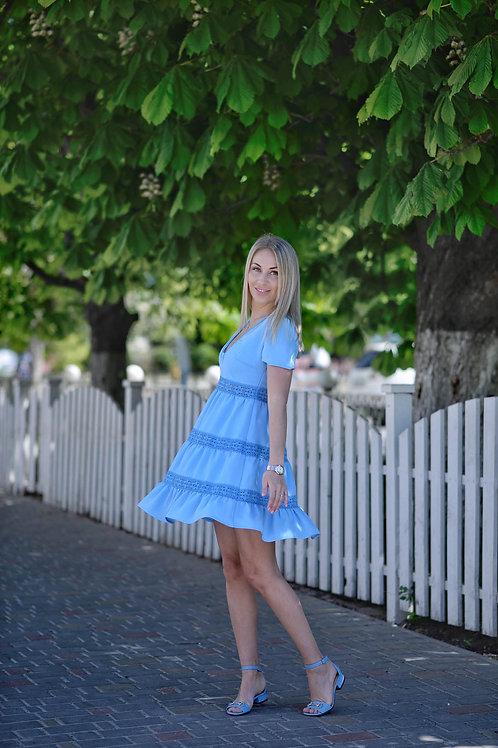 Голубое платье свободного кроя с кружевной тесьмой