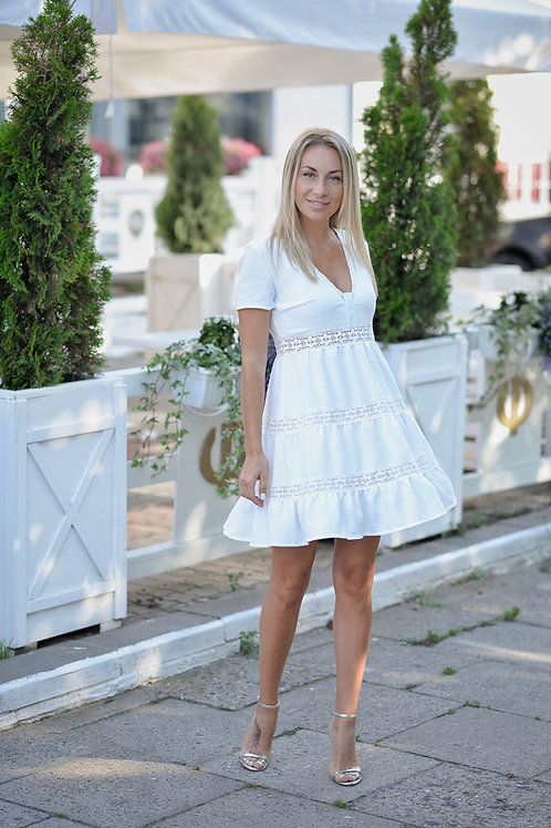 Белое платье свободного кроя с кружевной тесьмой