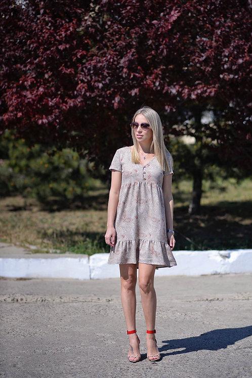 Бежевое платье свободного кроя на пуговицах