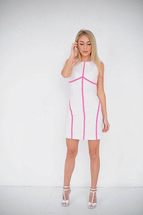 Белое силуэтное платье с розовой декоративной бейкой