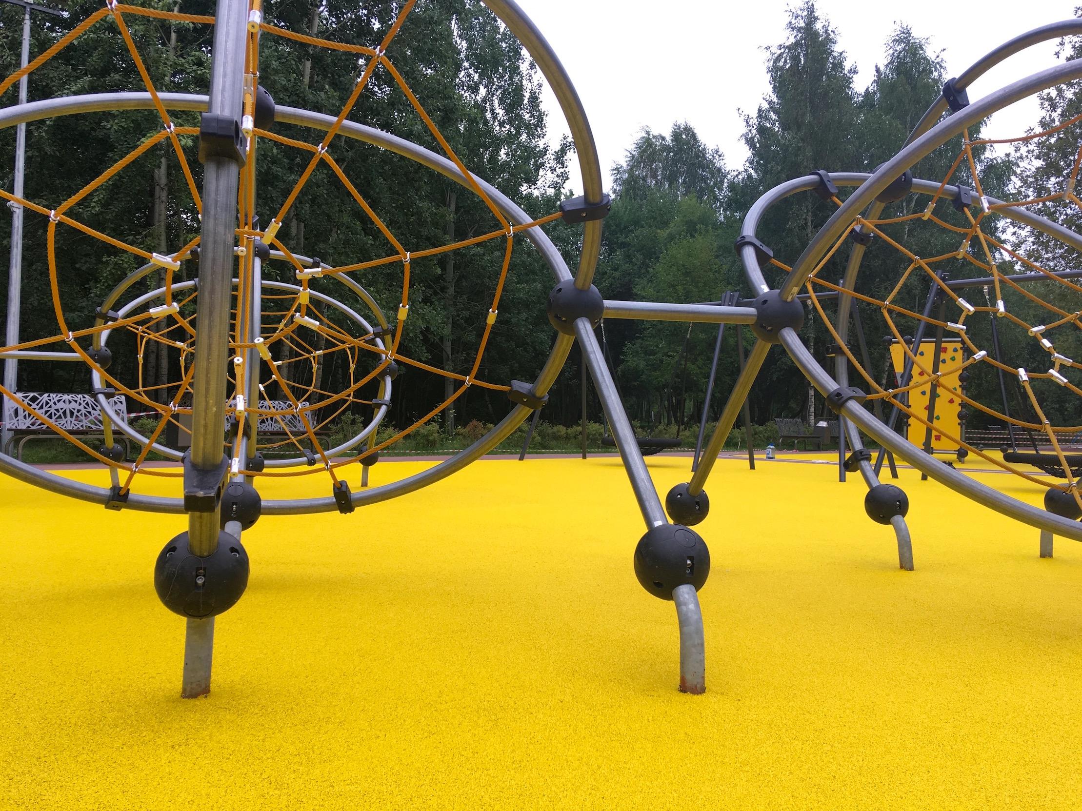Покрытие детской площадки в парке Братее