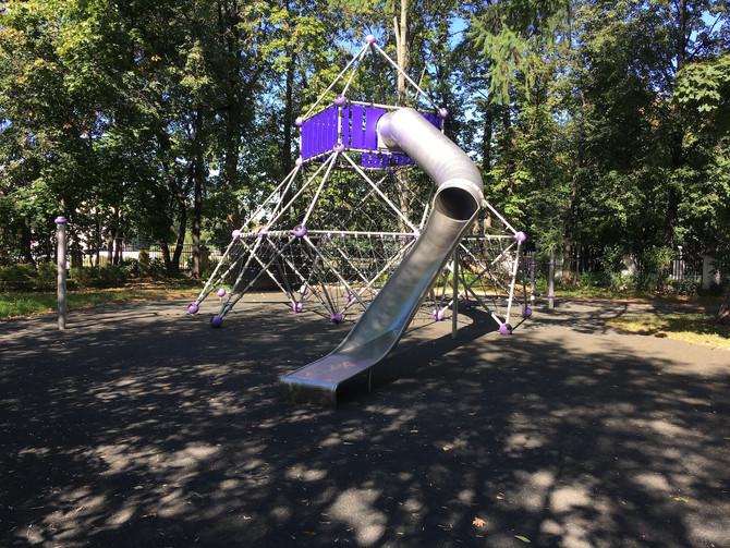 Детская площадка с травмобезопасным покрытием в Нескучном саду