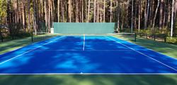 Теннисный корт в частном поселке