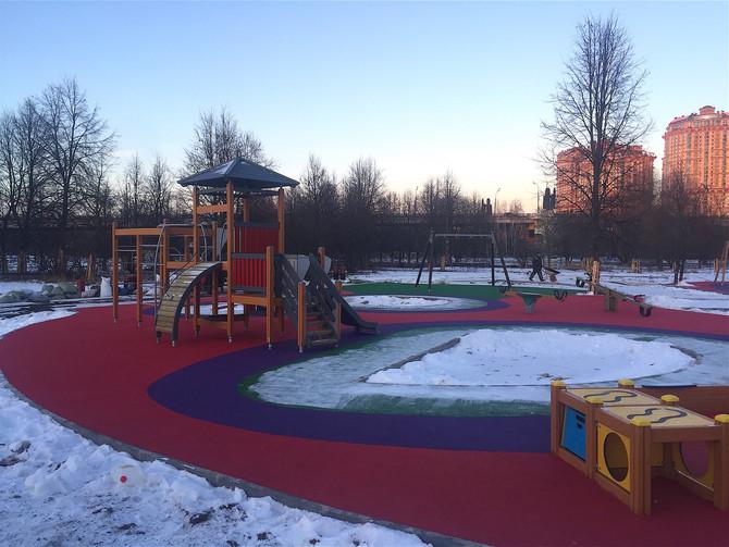 Монтаж покрытия детской площадки в парке Строгинской поймы!