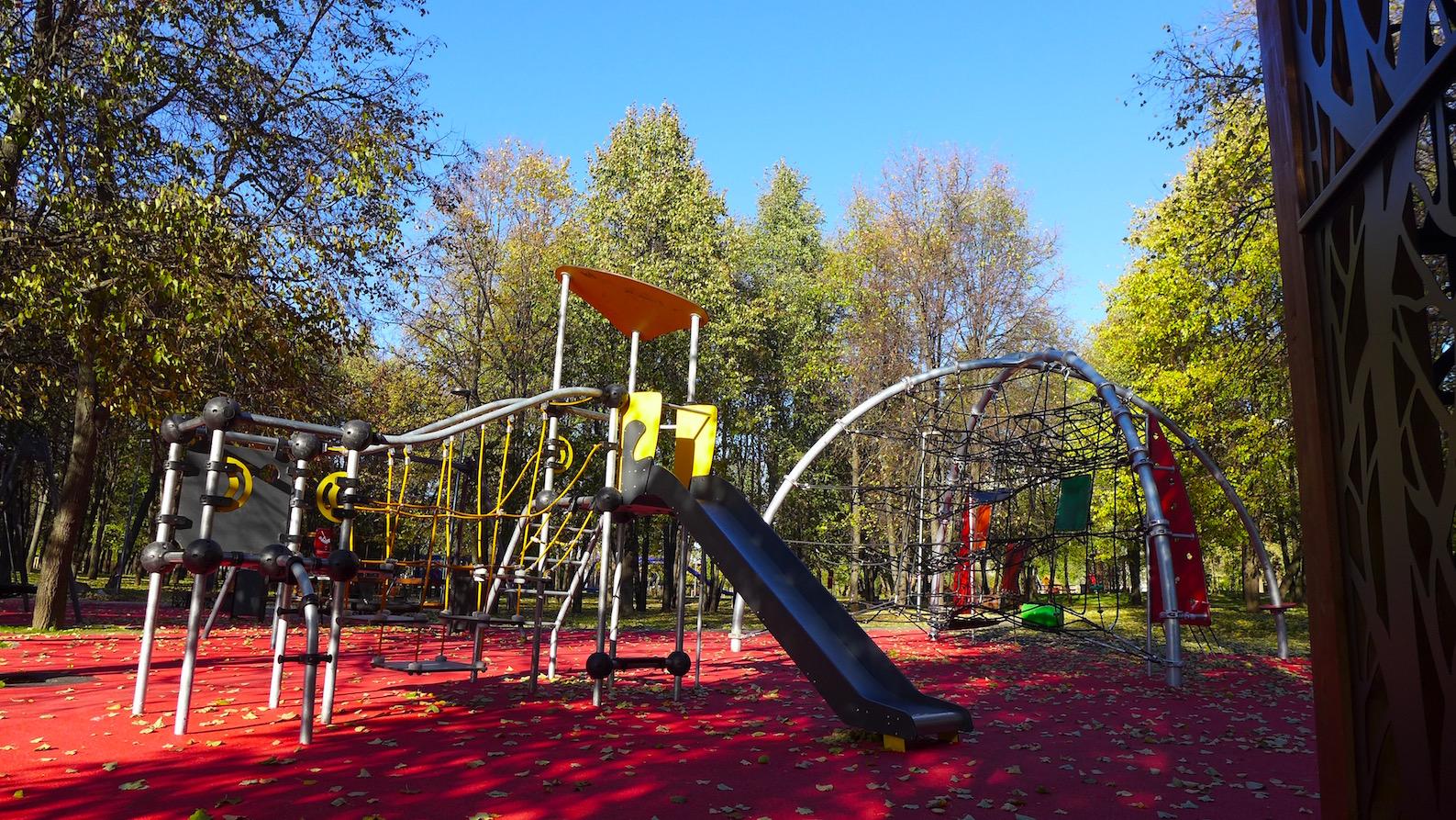 Травмобезопасное покрытие детской площадки в Олимпийской деревне 80