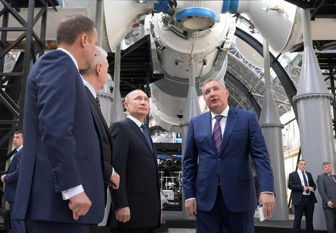"""Владимир Путин в день космонавтики посетил павильон """"КОСМОС"""""""