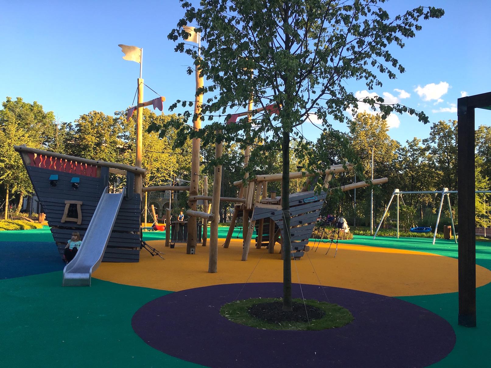 Ударопоглощающее покрытие на детской площадке