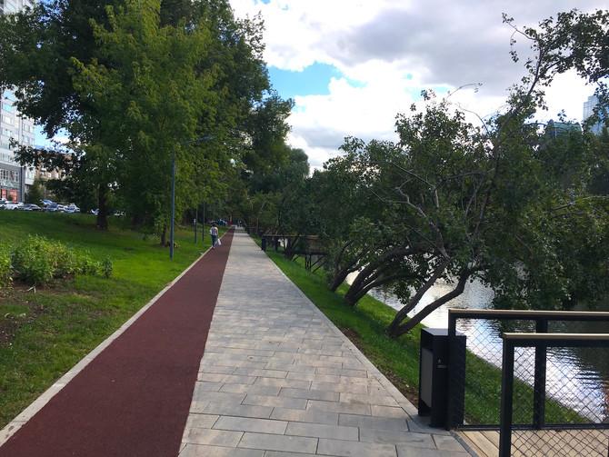 """Завершается монтаж беговых дорожек в парке """"Красногвардейские пруды"""""""