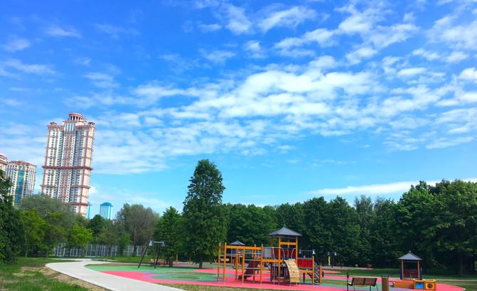 Завершаются работы по укладке покрытий в парке Строгинской поймы!