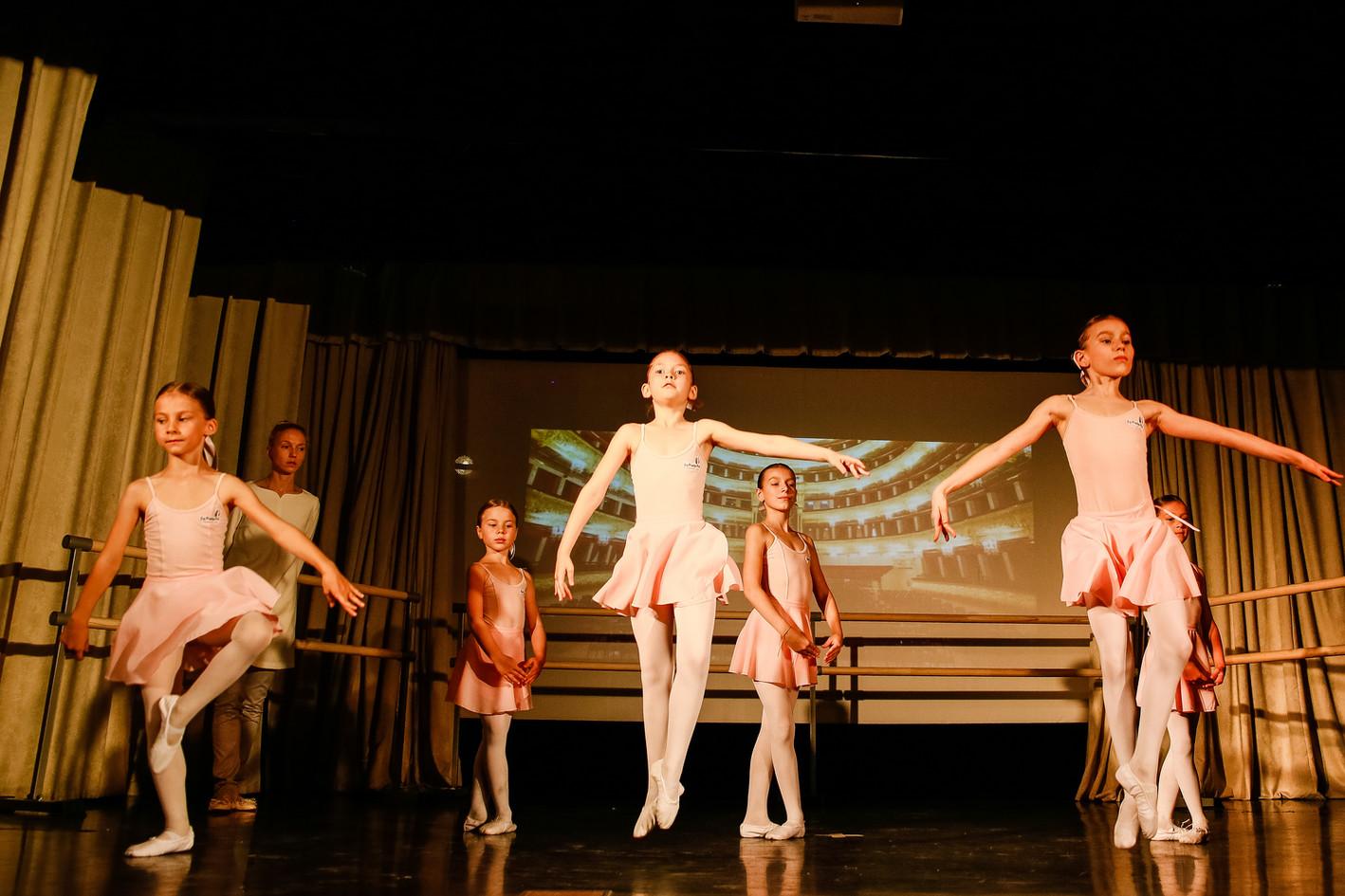 Le Premier Pas Балерины прыжок