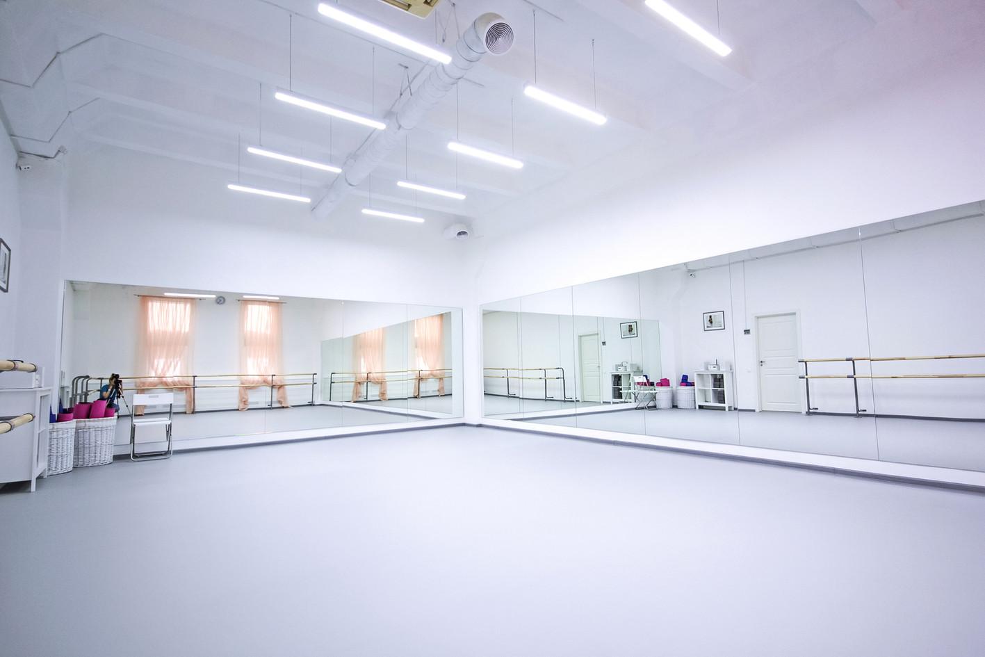 Залы для занятий с профессиональным балетным полом, двухрядными станками, профессиональными зеркалами  освещением