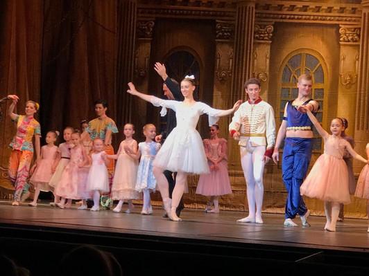Станцевать на сцене с настоящими артистами- бесценно!