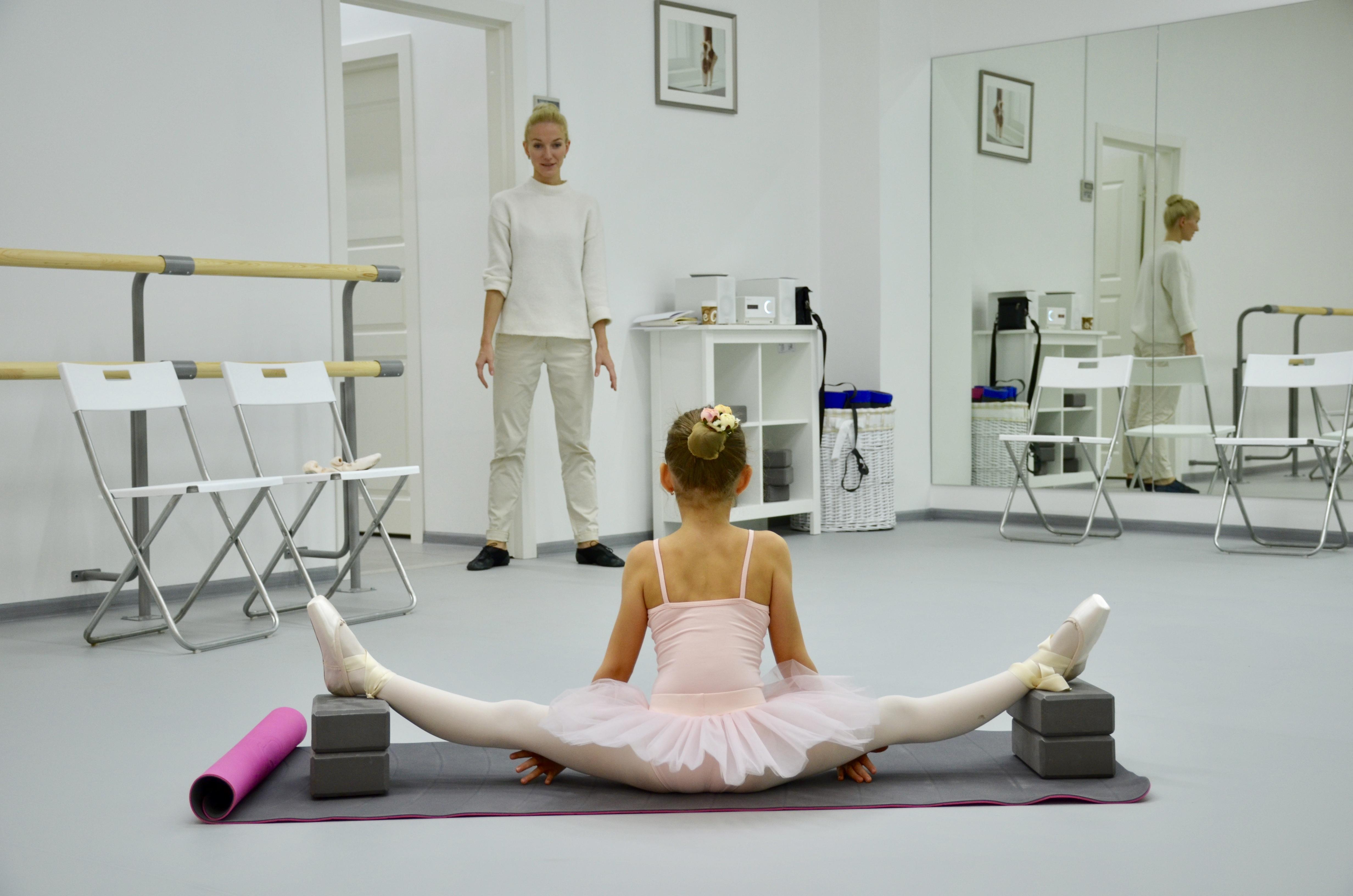 Педагог и юная балерина