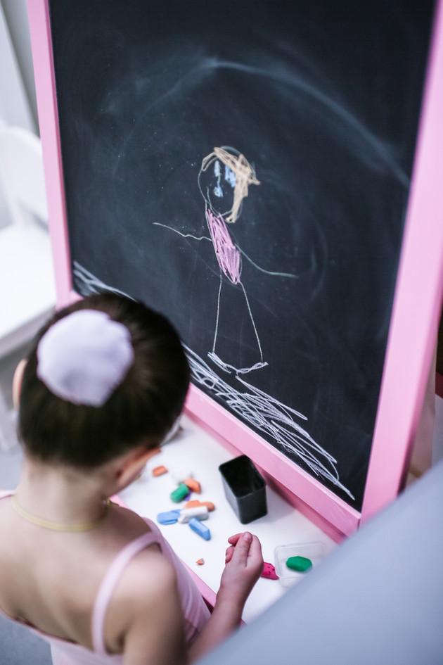 Наши воспитанницы любят порисовать в ожидании урока
