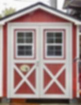 ドアに窓を付けアレンジすれば個性的な小屋になります