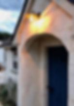 夕暮れのモルタル造形の小屋