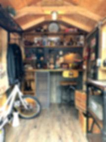 小屋の中を部屋に改造。