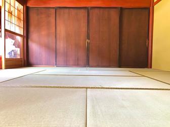 凸凹と隙間が酷く、衣類にササクレが付く為、畳の入替え