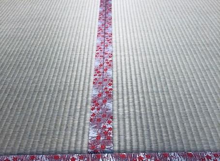 白っぽい地色に紅梅柄。畳表は、またまた3キロの地厚の一番草オリジナル麻麻表