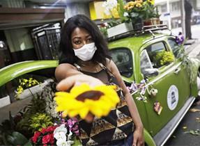 Carioca vende flores em fusca para espalhar alegria e sobreviver durante a pandemia