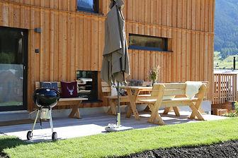 seitliche Terrasse und vorderer Holzbalk