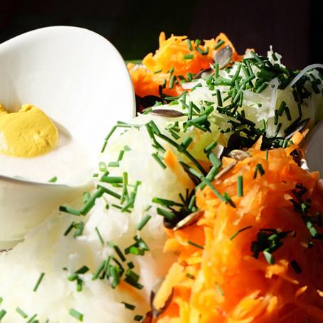Salat aus rohen Kohlrabi