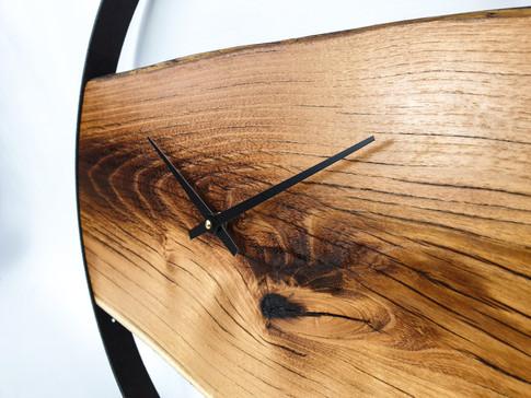 Diese Raduhren werden aus antiken Rädern gefertigt. Diese werden aufwändig aufgearbeitet und mit einem speziellen Öl behandelt, sodass die uralte rostige Patina konserviert wird. Der Durchmesser variiert von ca. 30 bis 50 cm. [Art.-Nr. U001] PREIS ab 149,00 Euro