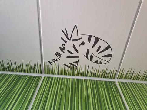 Diese Badezimmer-Fliese diente bei der Aufkleber-Gestaltung als Vorlage.