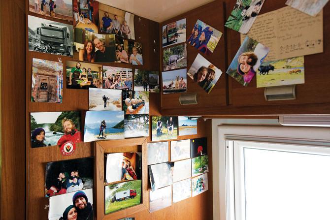2년 동안 세계 곳곳을 누빈 사진을 벽에 걸어놓았다