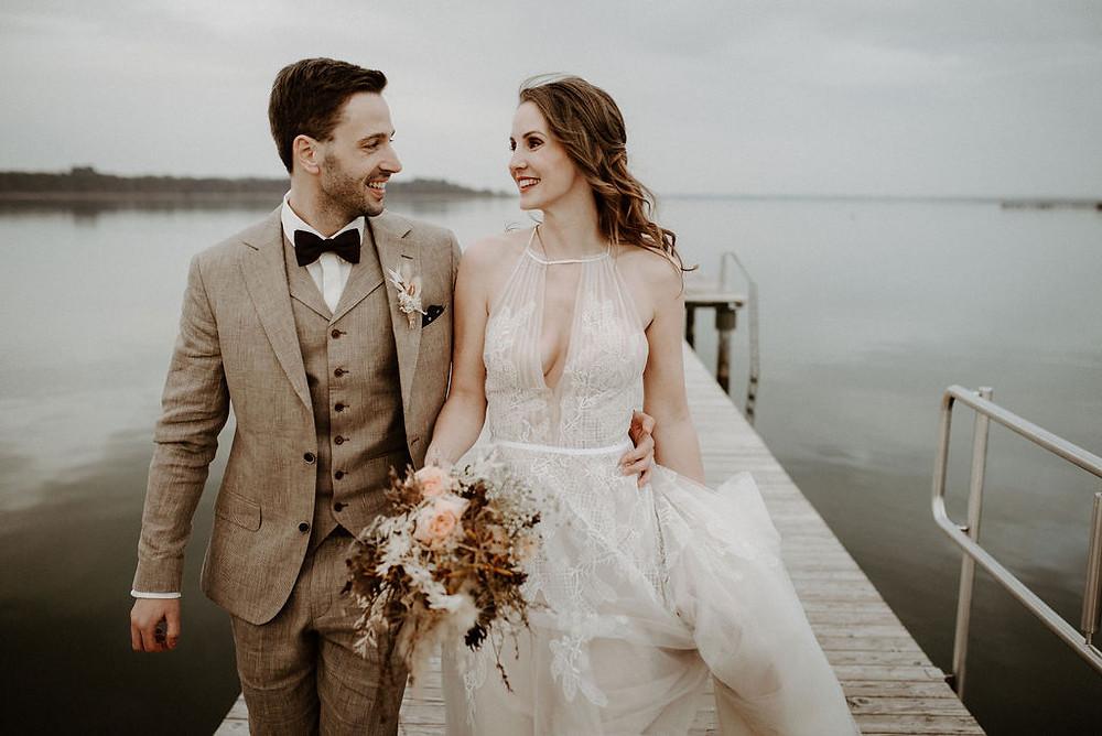 Ehepaar das frisch verheiratet ist und lacht