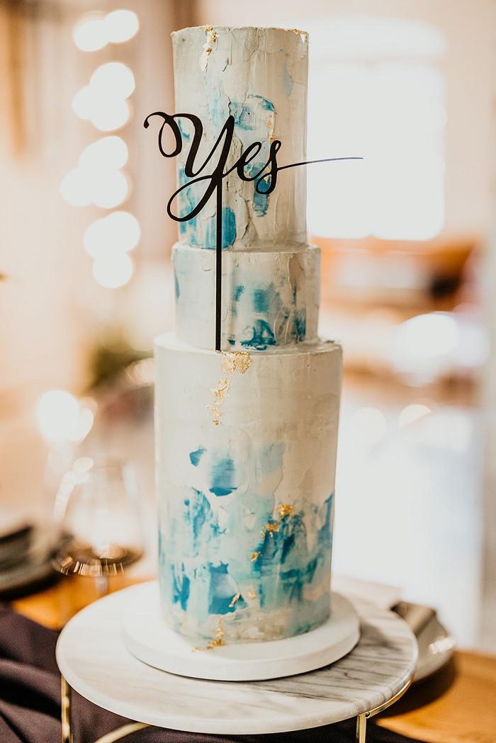 Leckere Hochzeitstorte in den Farben blau und gold