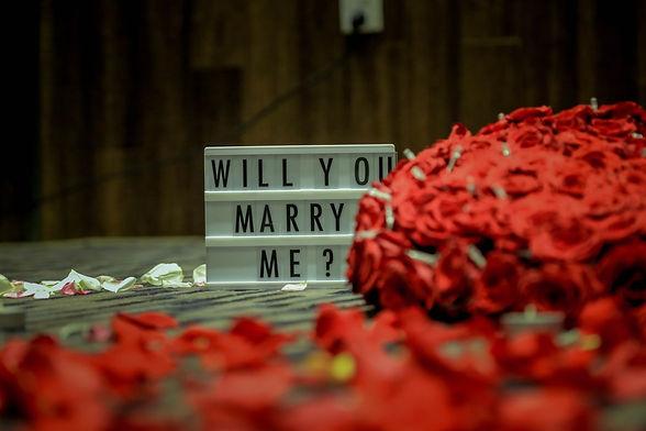 Heiratsantrag und Rosen