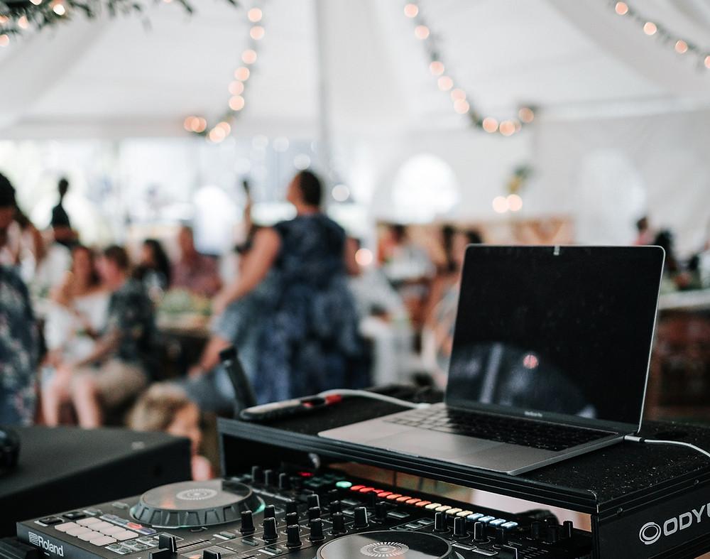 DJ Pult auf einer Hochzeit mit toller Musik
