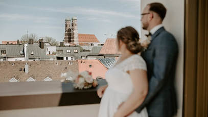 ...einer Dachterrasse mit Blick auf die bekannte Frauenkirche...