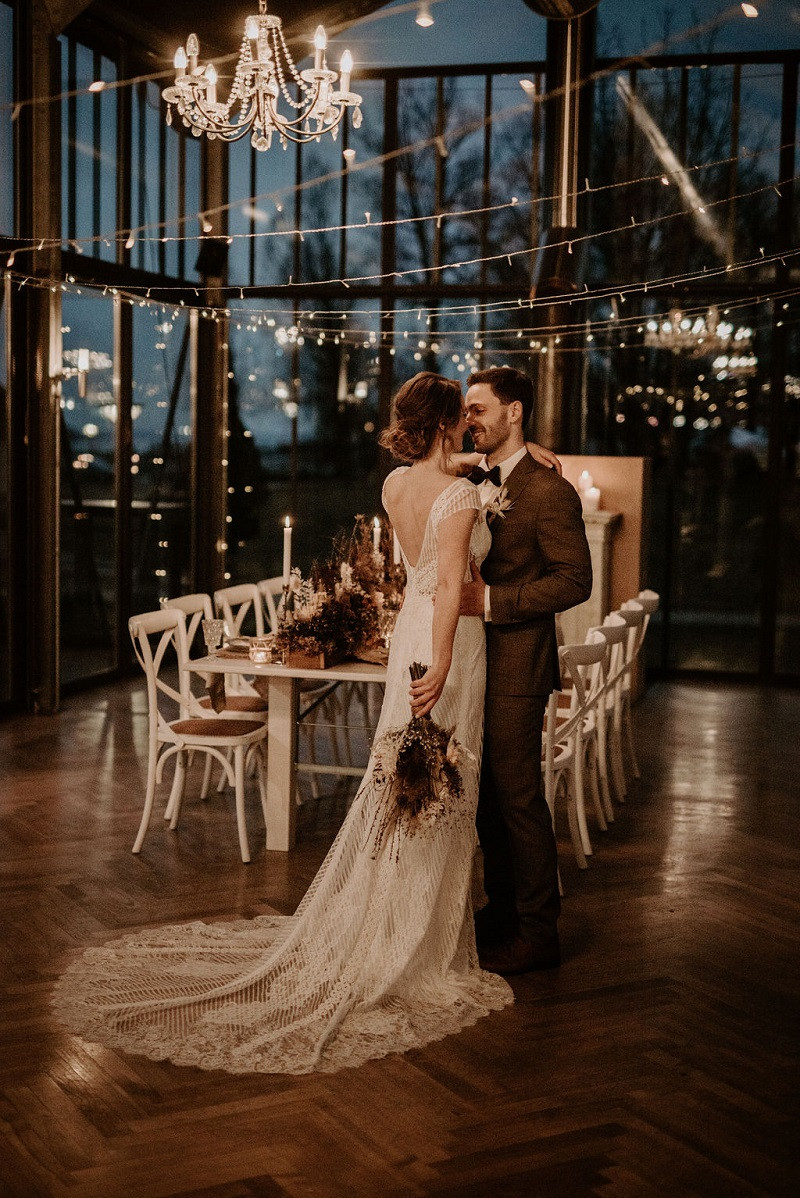Hochzeitstanz mit Kerzenlicht und Lichterketten